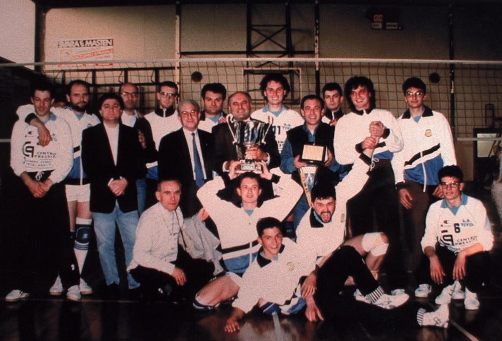 Adelino Fracaros con la Coppa Regione 1995 conquistata ad Aurisina
